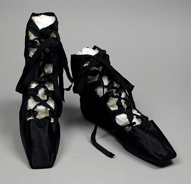 625px-Pair_of_Woman's_'Grecian_Sandals'_in_Shoe_Bag_LACMA_M.2000.10.2a-c