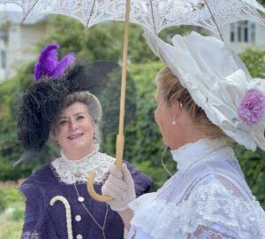 Två damer klädda i edvardianskt mode